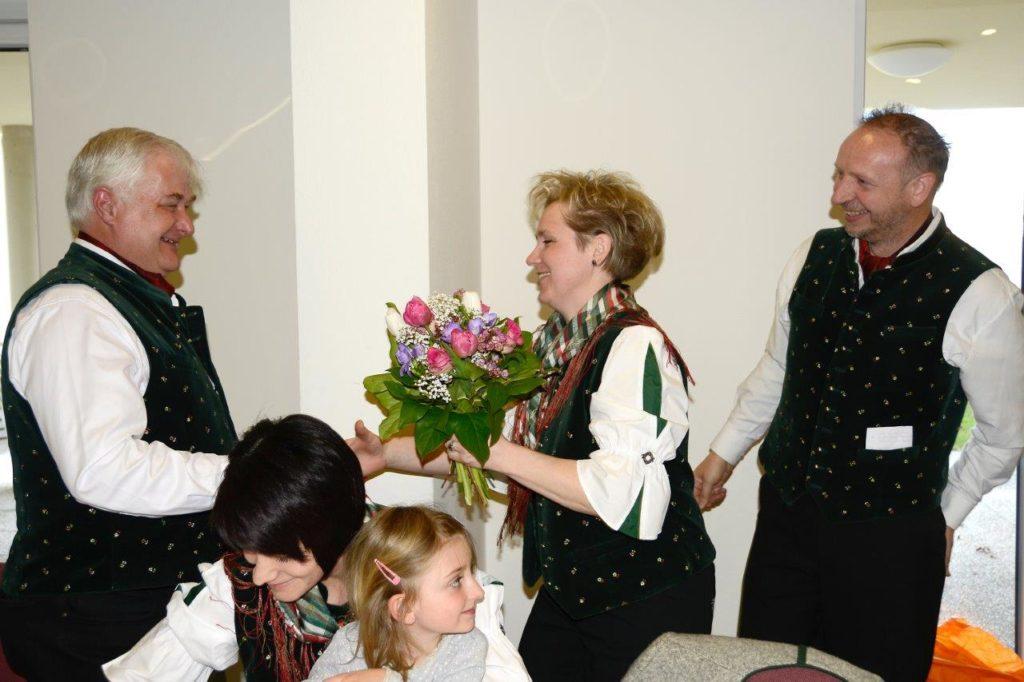 Solistin Waltraud Brandtner u. Chorleiter Peter Wibner bedankten sich bei Obm. Anton Pichler für seine langjährige Tätigkeit